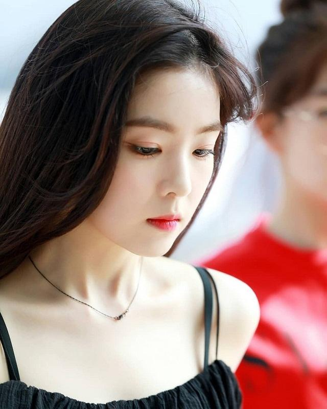 Ireren (Red Velvet's) dùng Innisfree Auto Eyebrow Pencil nâu sáng