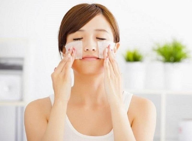 Làm sạch da với nước tẩy trang