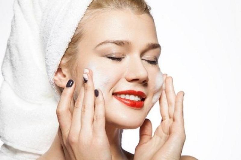 Chú ý chiều hướng khi rửa mặt với sữa rửa mặt