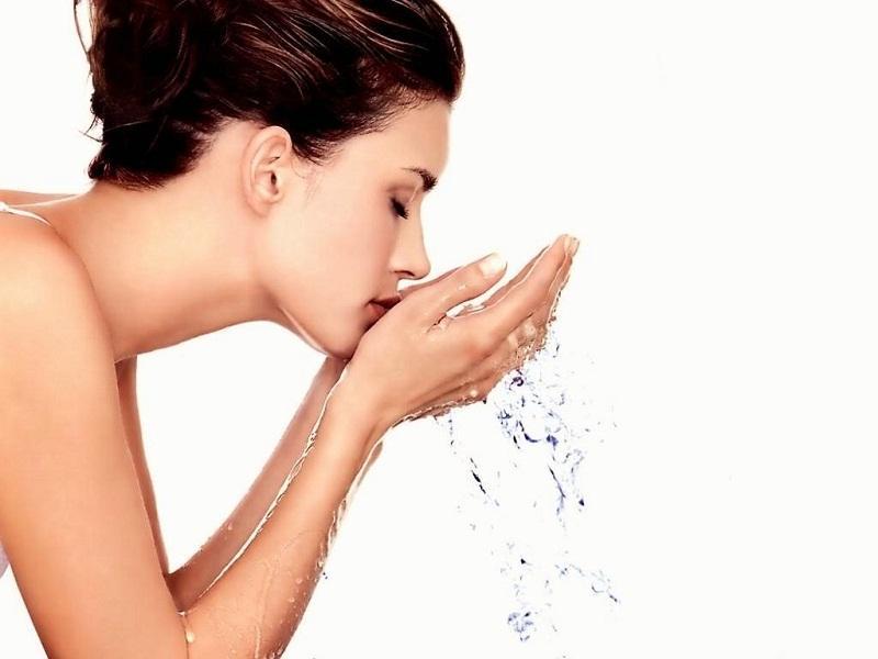 Làm ướt da mặt với nước ấm nhẹ nhàng