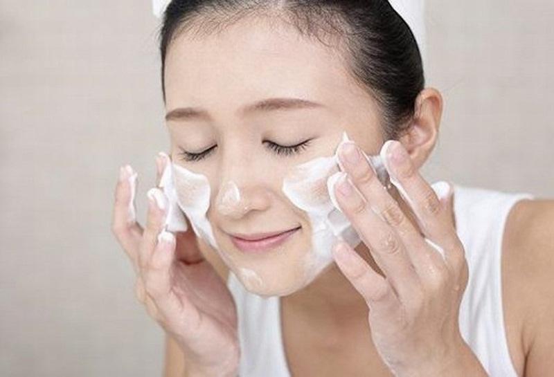 Massage da mặt cẩn thận trong vòng 30 giây