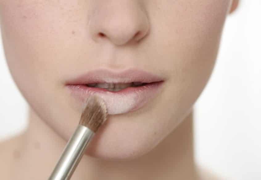 Che khuyết điểm cho môi bằng kem che khuyết điểm
