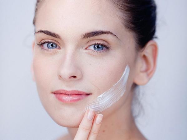 Dạng sữa trắng, khá lỏng, thấm nhanh, không tạo màng trên da, không thay đổi tone da.