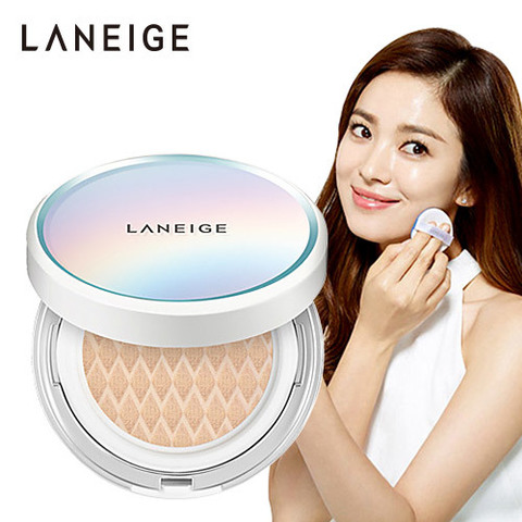 """Phấn nước Laneige chính là loại phấn mà diễn viên Song Hye Kyo đã sử dụng trong bộ phim """"Hậu duệ mặt trời"""". Trong bộ phim có rất nhiều cảnh quay nữ diễn viên này sử dụng hộp phấn để trang điểm và chính điều này đã gây nên cơn sốt cho dòng sản phẩn phấn nước Laneige.Đã có rất nhiều bạn săn lùng để đặt mua được một hộp phấn như diễn viên nổi tiếng Soong Hye Kyo đã dùng. Vậy phấn nước Laneige có những ưu điểm vượt trội thế nào chúng ta cùng tìm hiểu nhé."""