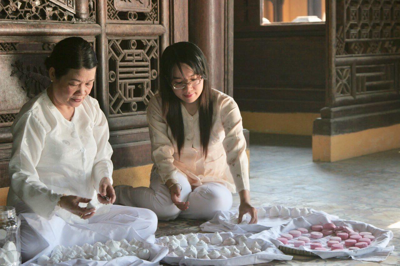 Bà Trần Thị Phương và con gái Nguyễn Phương Khanh trực tiếp làm phấn nụ