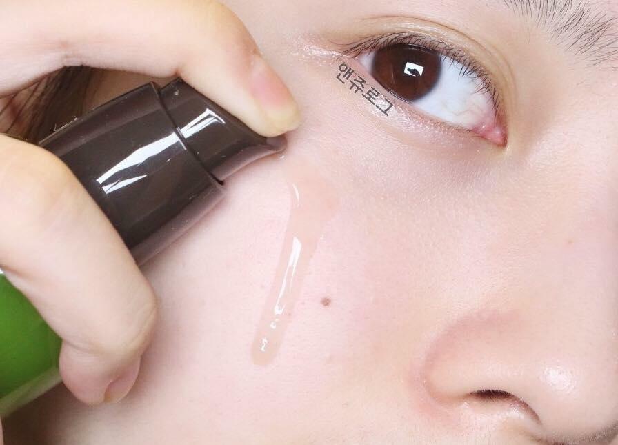 Sản phẩm thẩm thấu nhanh vào da, giúp dưỡng ẩm, cân bằng và phục hồi da