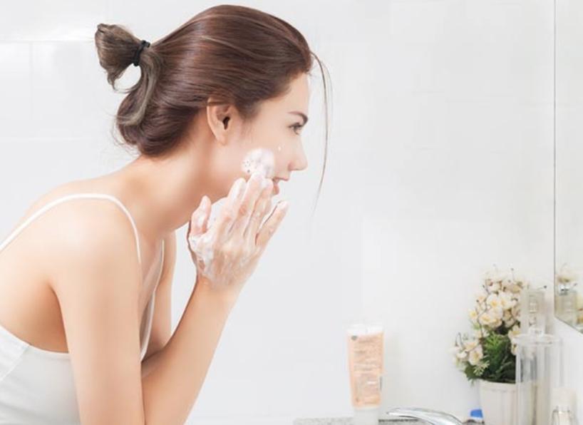 Làm sạch da bằng phương pháp rửa mặt