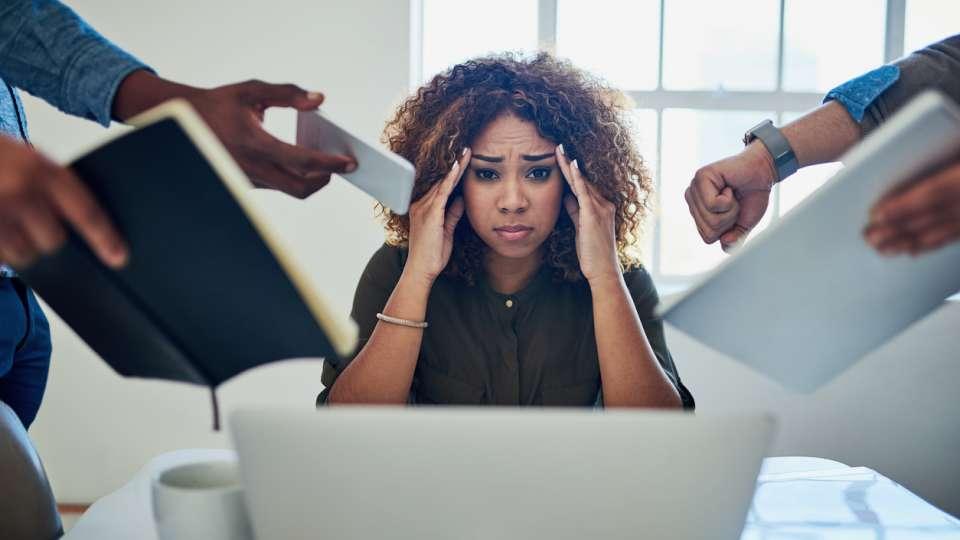 Khi bị stress sẽ phát sinh ra nội tiết tố kích hoạt tuyến bã nhờn sản xuất ra nhiều dầu