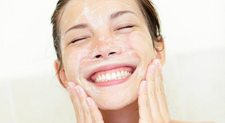 Rửa mặt sạch để đánh bay bụi bẩn, bã nhờn bám trên da