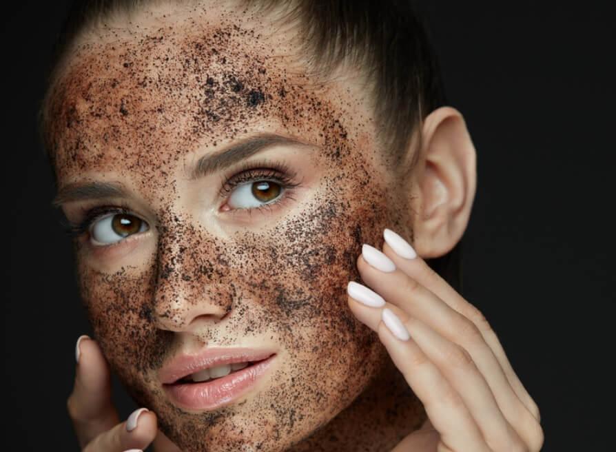 Chọn tẩy da chết có chứa thành phần Alpha Hydroxy Acid (AHA) giúp làm mềm da