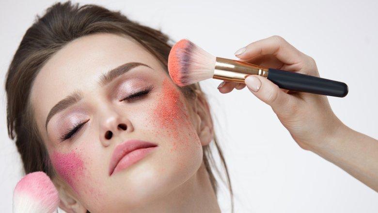 Đánh má hồng giúp gương mặt bạn trông tươi tắn và giàu sức sống hơn