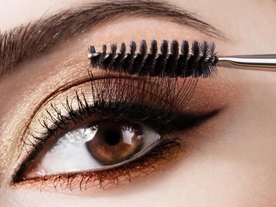 Chọn loại mascara bền màu, không thấm nước, không lem mồ hôi