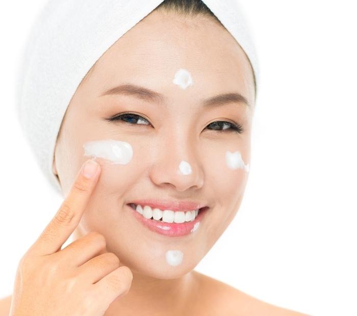 Kem lót đóng vai trò như lớp màng bảo vệ, tách biệt lớp dưỡng da và lớp phấn trang điểm, ngăn không cho lớp nền ăn vào mặt