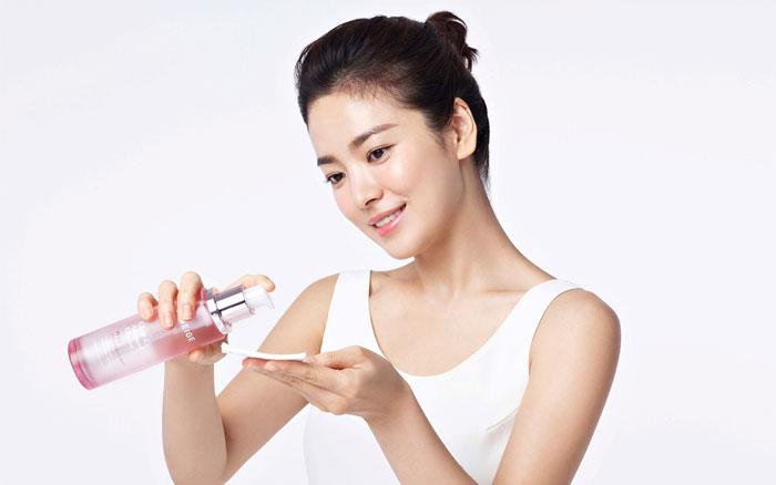 Nước hoa hồng giúp da se khít lỗ chân lông và cân bằng độ ẩm cho da.