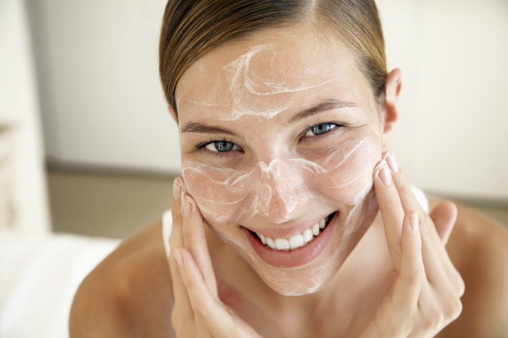 Massage da mặt nhẹ nhàng