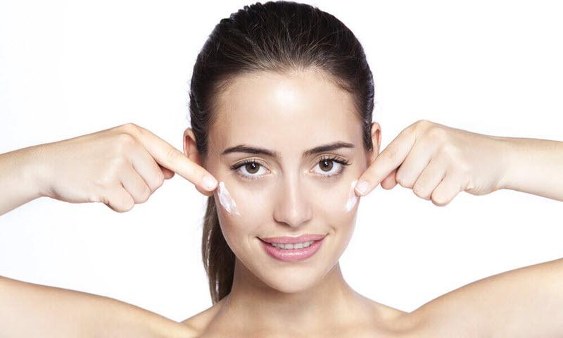 Thoa kem dưỡng ẩm để tránh được tình trạng da bị mốc hay cộm phấn