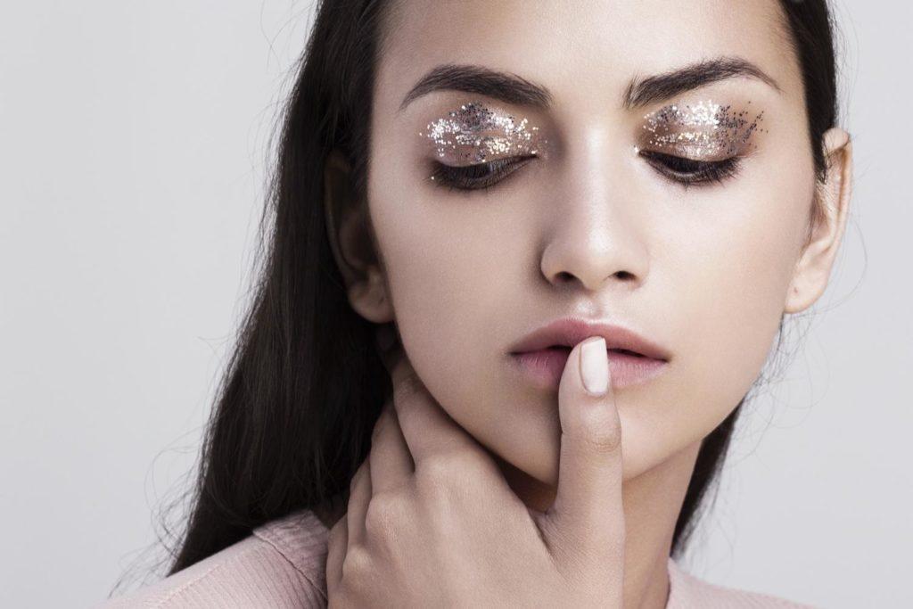 Phấn mắt nhũ kim tuyến có công dụng chính là tạo vẻ óng ánh huyền ảo và màu sắc rạng rỡ nổi bật cho đôi mắt