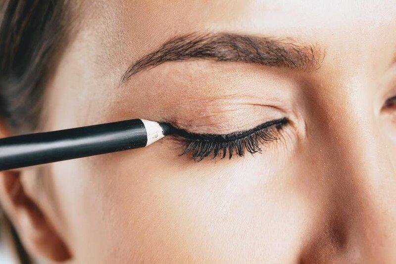 Kẻ mắt bằng bút dạ khá dễ thực hiện