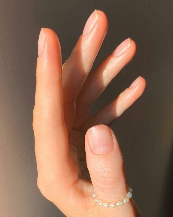 Cắt móng ngắn giúp cách bỏ những phần móng tay bị xỉn màu và hư hỏng đồng thời mở đường cho chiếc móng mới khỏe mạnh hơn