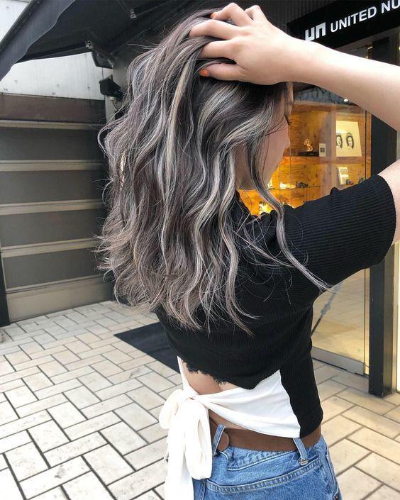 Không chải tóc ngay sau khi uốn tóc làm vậy khiến tóc nhanh bị nhã ra và các lọn tóc bị phân tán không vào nếp