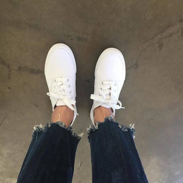 Mình khuyên là bạn nên có đôi giày trắng vì nó sẽ dễ kết hợp với quần áo hơn và sẽ không hề lỗi mốt