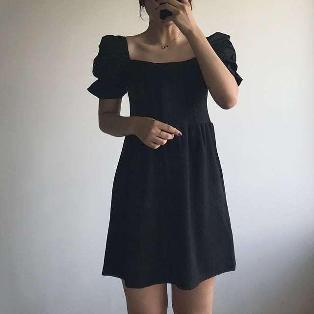 Món đồ đầu tiên mà các cô nàng nên có là chiếc đầm đen đơn giản bởi vì sự tiện dụng của nó và không bao giờ sợ lỗi thời.