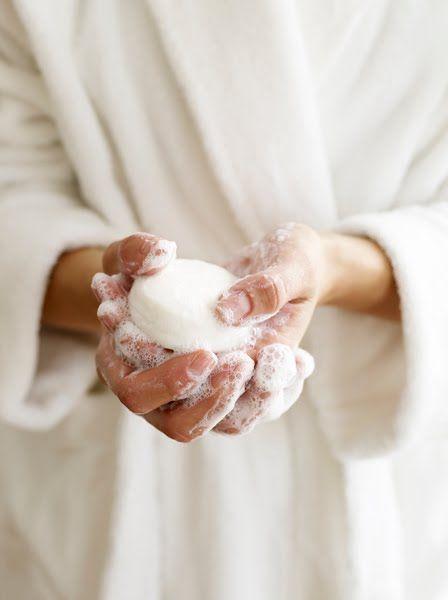 Rửa tay với xà phòng là nguồn gốc khiến cho móng tay bạn yếu và mỏng