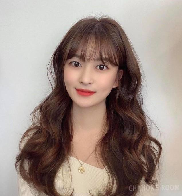 Tóc gợn sóng to tạo độ phồng tự nhiên cho tóc, để có vẻ ngoài trong sáng như thần tượng Hàn Quốc