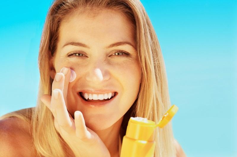 Cách sử dụng kem chống nắng cho da mụn