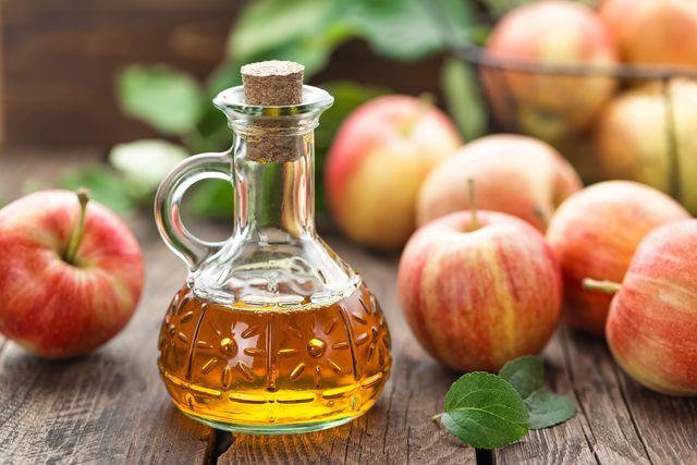 Giấm táo giảm tình trạng móng bị vàng, đồng thời giúp diệt nấm trên móng tay bạn.