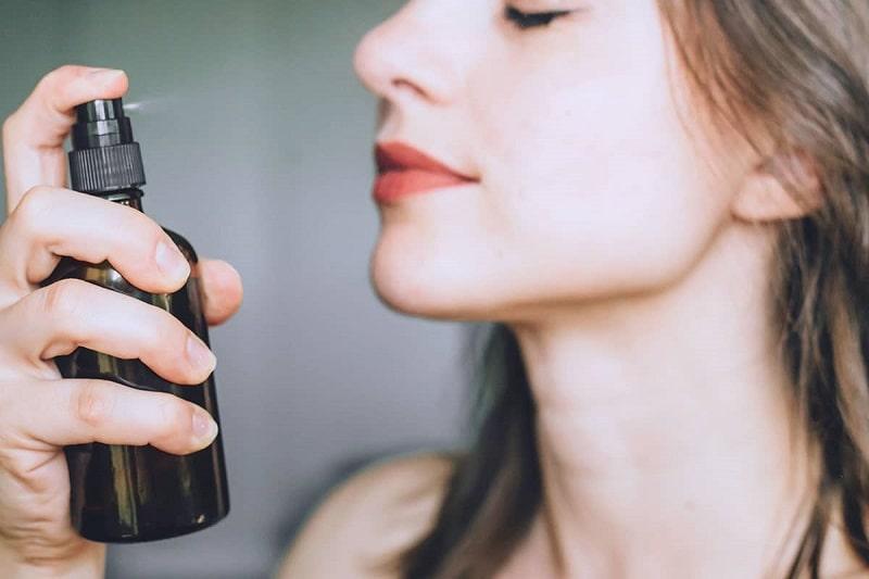 Công dụng của xịt khoáng đối với da mụn