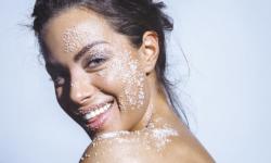 Rửa mặt bằng nước muối thường xuyên có tốt không?