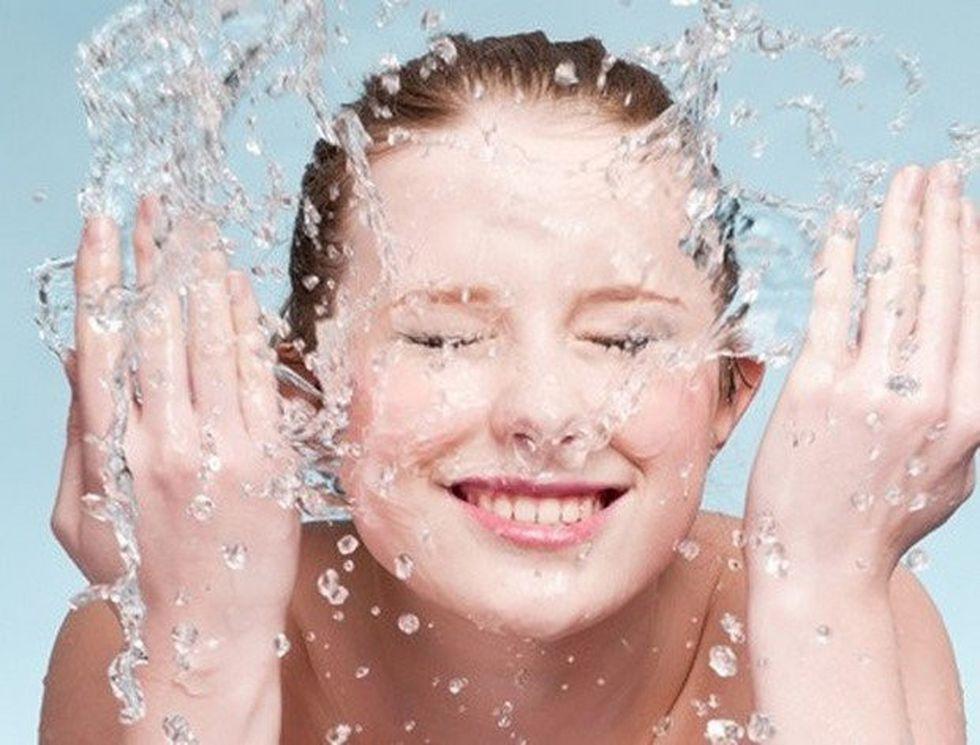 Rửa mặt bằng nước muối thường xuyên có thật sự tốt?