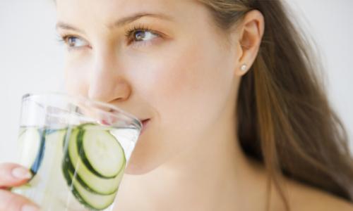 Uống nước đúng cách để trị mụn giúp làn da sạch đẹp